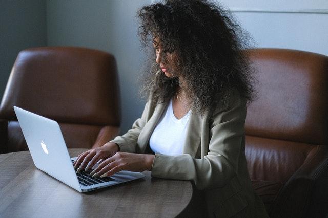 femme entrepreneur : réussir sa présentation Linkedin pour attirer des clients